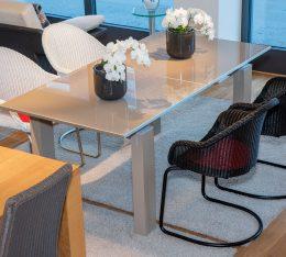 Tisch und Korbsessel