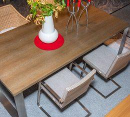 Tisch und Korbstühle