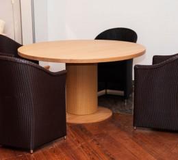 Korbstühle und Tisch